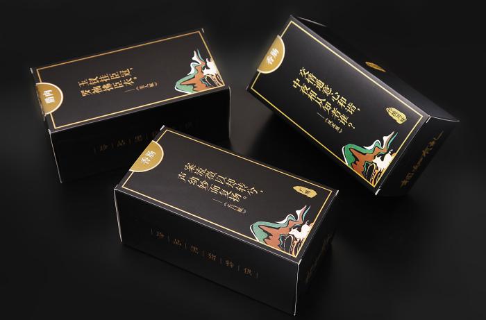 在盒型设计上采用大气的天地盖形式,内含小盒根据腌腊制品的特性(腊肉
